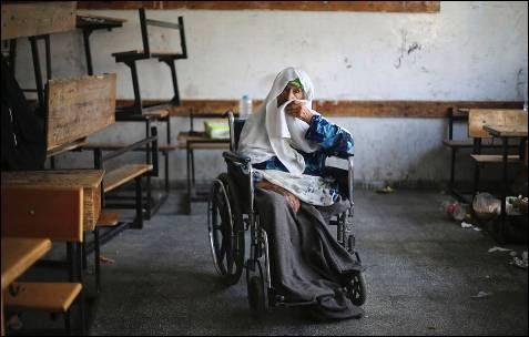 Una mujer palestina en silla de ruedas, que huyó de su casa ante la ofensiva terrestre israelí, se refugia en la escuela de la ONU en Raffah, al sur de la Franja de Gaza.