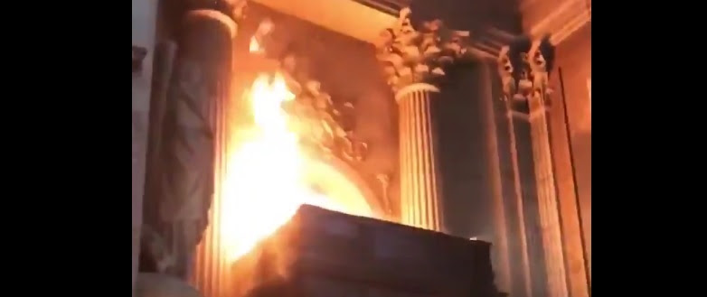 Brandanschlag in Saint-Sulpice (Paris) am Sonntag 17. März zur Mittagszeit. Eindruck eines kultischen Feuers.