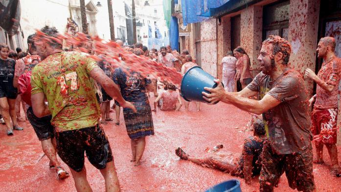 """VIDEO. Espagne : des milliers de personnes se battent à coups de tomates pour la """"Tomatina"""""""
