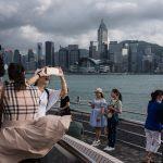 Des touristes chinois font des selfies sur la rive de Kowloon à Hong Kong, le 29 octobre 2016. (Crédits : AFP PHOTO / Dale DE LA REY)