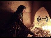 La tierra sin historias relata la vida de un antiguo pueblo donde sus habitantes viven en el pasado.