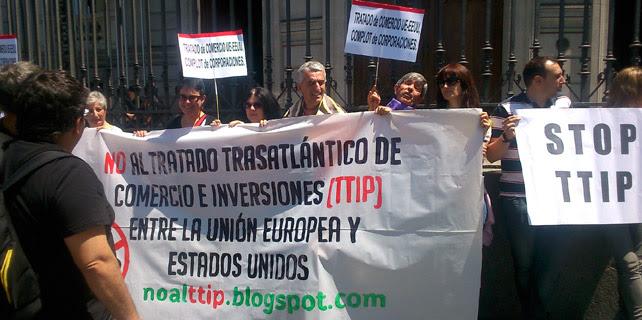 Manifestaciones contra el Tratado de Libre Comercio entre la Unión Europea y Estados Unidos este lunes, ante la Casa de América, en Madrid. A. LÓPEZ DE MIGUEL.