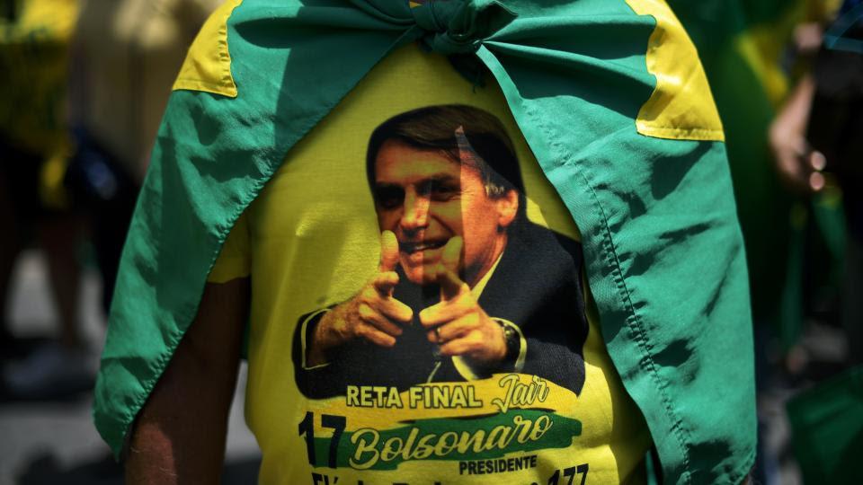 Un seguidor de Bolsonaro lleva una remera con la cara del candidato en uno de los actos se apoyo en Río.