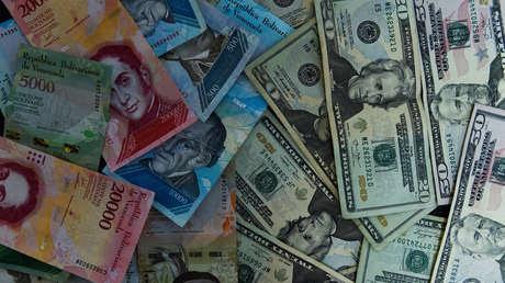Billetes venezolanos y estadounidenses en Caracas, el 2 de agosto de 2018.