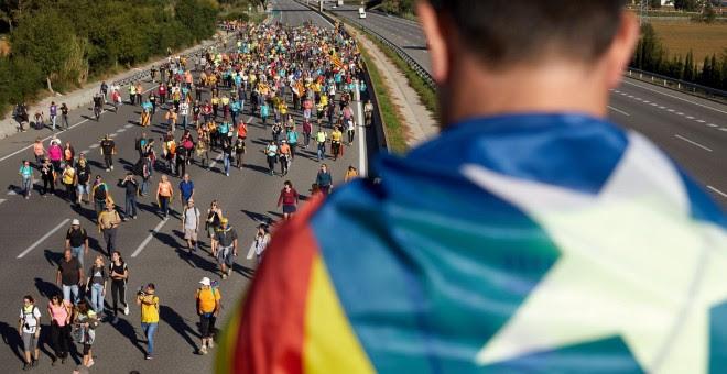 16/10/2019.- Independentistas caminan por la AP-7 durante el recorrido desde Girona de una de las 'marchas por la libertad'. / EFE