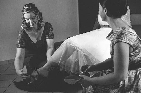 Rito vestizione della sposa | Scarpe da sposa rosse anni 50
