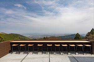 大山阿夫利神社下社では、 カフェ「茶寮 石尊」で絶景を楽しむことができる