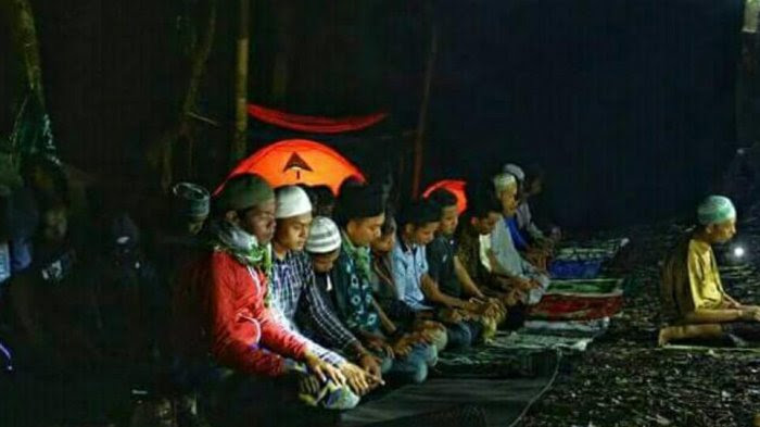 Pecinta alam dalam Kabupaten Kerinci, melaksanakan salat tarawih di Danau Gunung 7 dalam rangka memperingati Nuzul Quran