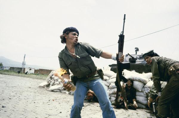 De <em>Susan Meiselas: Mediations</em>, sandinistas en los muros del cuartel de la Guardia Nacional en Estelí. <em>Molotov Man</em>, Estelí, Nicaragua, 16 de julio de 1979