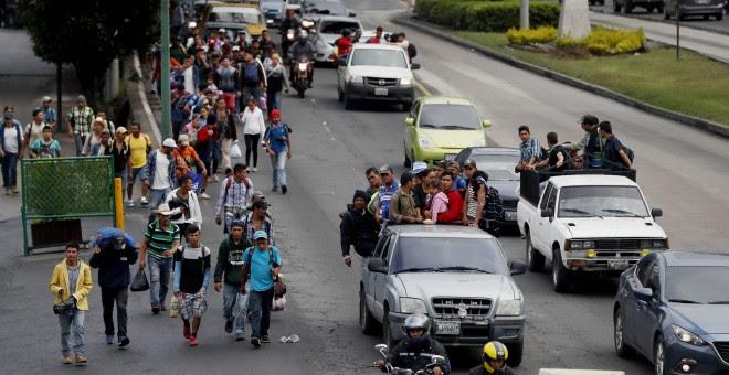 Migrantes hondureños se trasladan a pie o en camionetas, con la ayuda de ciudadanos guatemaltecos, hacia el departamento de Escuintla para acercarse a la frontera con México. EFE/Esteban Biba