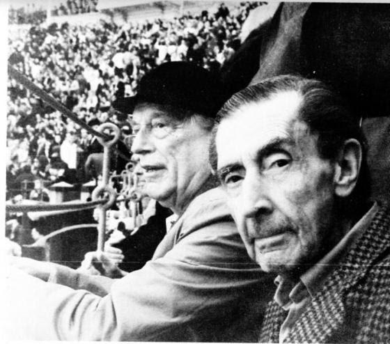 José Bergamín, en primer plano, junto a Rafael Alberti, en la madrileña plaza de toros Las Ventas
