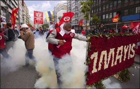 Un manifestante reacciona ante el disparo de humo de la policía en Estambul, Turquía, durante la celebración del Primero de Mayo.