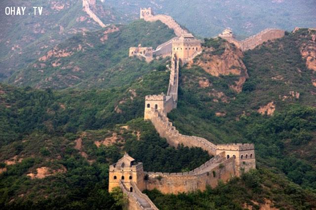 Vạn Lý Trường Thành bao gồm hàng chục nghìn tháp canh, tháp đèn hiệu, cầu thang, cầu vượt và các lỗ châu mai.,vạn lý trường thành,sự thật thú vị,có thể bạn chưa biết,trung quốc