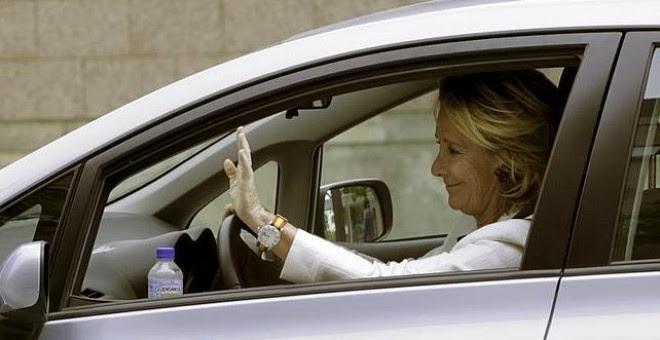 Esperanza Aguirre en su coche./ EFE