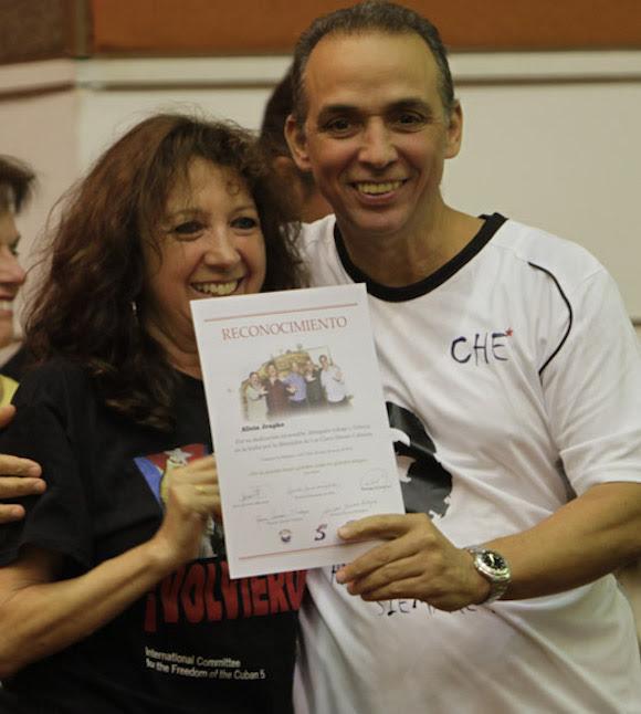 Antonio Guerrero entrega reconocimientos a Alicia Jrapko,  del Comite Internacional de Solidaridad con los Cinco. Foto: Ismael Francisco/Cubadebate