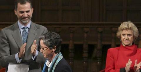Felipe VI entrega el VI Premio Derechos Humanos Rey de España a la superiora general de las Adoratrices, Teresa Valenzuela. EFE