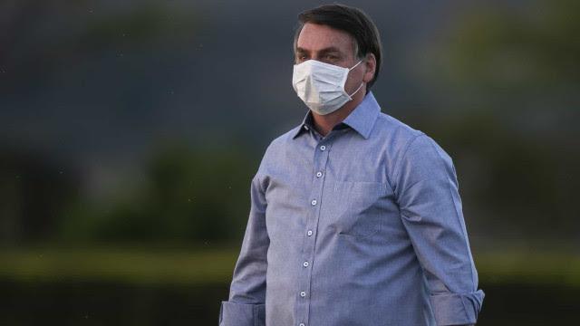 Bolsonaro chama jornalista de 'otário' e não fala sobre Queiroz