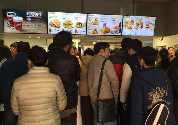 Locals form long lines in the new KFC restaurant in Lhasa, Tibet autonomous region, on March 9, its second day of business. (Palden Nyima / China Daily)