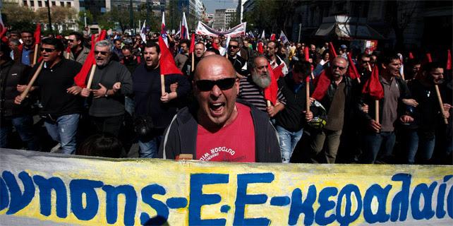Miembros del sindicato griego Frente Militante de Todos los Trabajadores protestan frente al Parlamento.