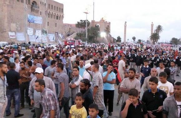 Libios participan en una ceremonia para conmemorar el tercer aniversario de la declaración de liberación del régimen del ex líder Muammar Kaddafi tras su caída, en la Plaza de los Mártires, en Trípoli, en imagen del 23 de octubre. Foto Xinhua