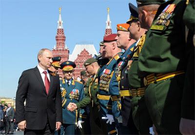 El presidente ruso, Vladimir Putin, saluda a oficiales militares.
