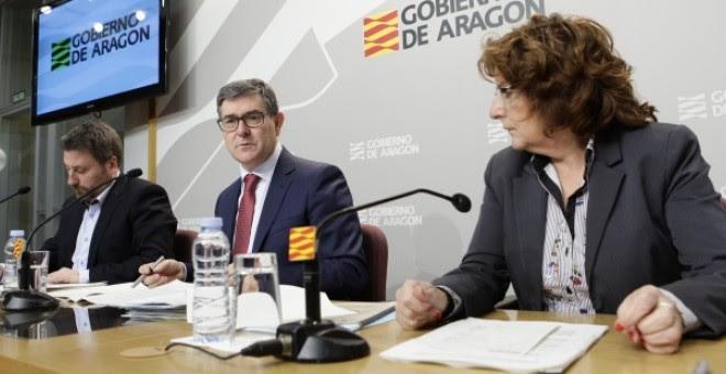 De izquierda a derecha, el consejero de Vertebración del Territorio, José Luis Soro; el de presidencia, Vicente Guillén, y la de Derechos Sociales, Mariví Broto.