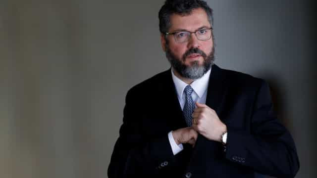 Senadores pedem a saída de Ernesto Araújo para 'salvar vidas'