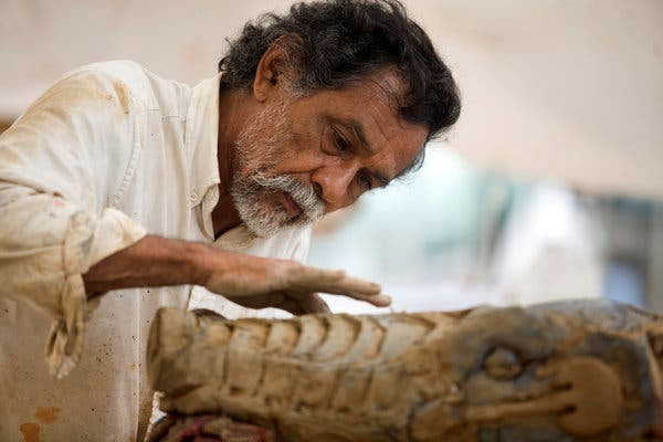"""Francisco Toledo in 2008 in Monterrey, Mexico, working on """"La Lagartera,"""" a sculpture of a giant reptile that he made with steel and plaster."""