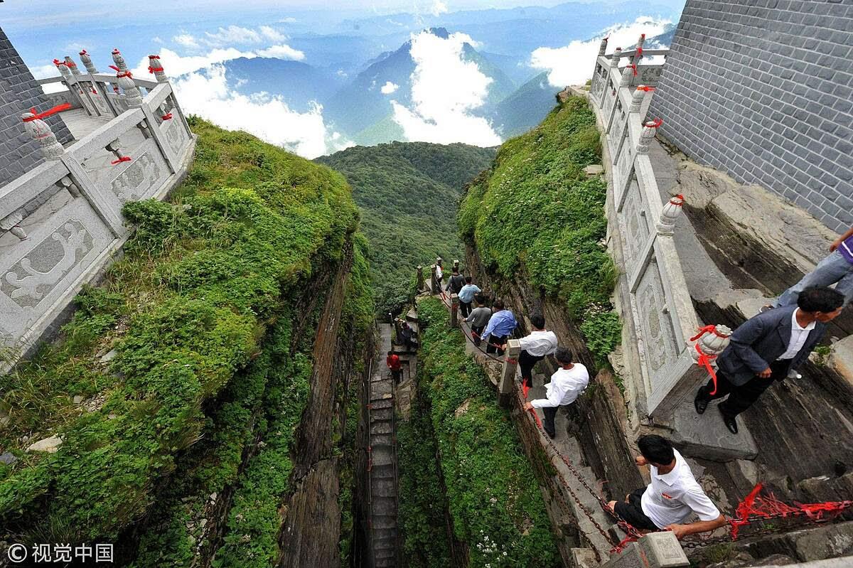 Khi leo lên hàng nghìn bậc thang dọc theo các vách đá, du khách có thể chiêm ngưỡng những dòng chữ cổ có từ triều nhà Minh - Thanh. Điều này cho thấy rằng từ xa xưa, hai ngôi đền đã là điểm hành hương linh thiêng, và được người dân tôn kính. Ảnh: VCG