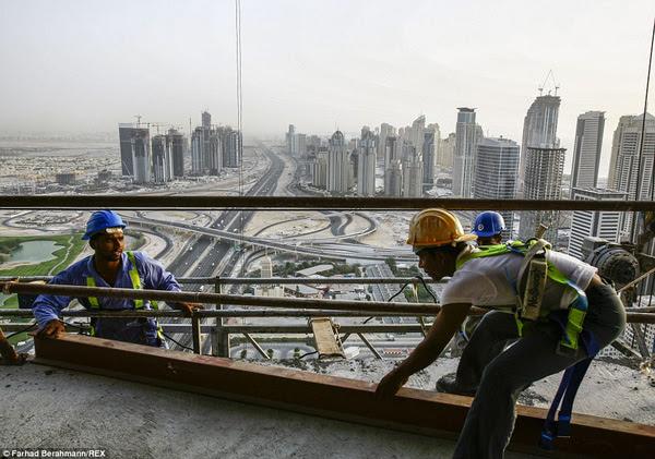 Phần lớn dân số của thành phố đều là công nhân xây dựng nhập cư từ các quốc gia đang phát triển khác