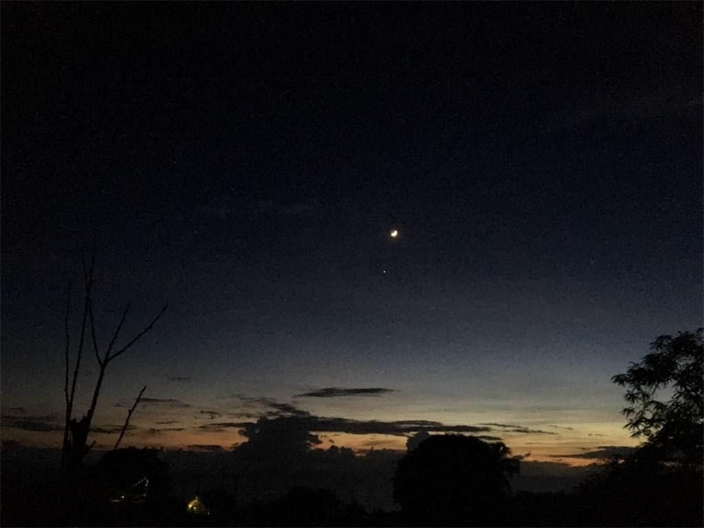 その10分後。夜空は月が主役に。