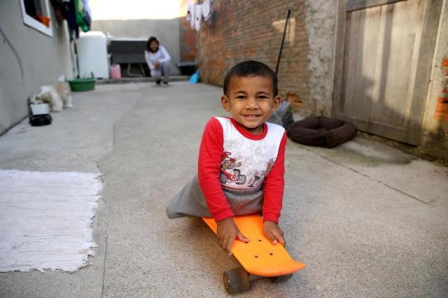Menino de três anos não tem as pernas e usa skate para se locomover Cristiano Estrela/Agencia RBS