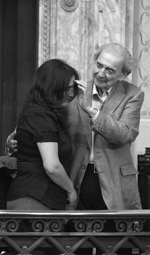 Macarena y Juan Gelman, en el Palacio Legislativo, durante el acto en el que el estado uruguayo reconoció la responsabilidad y pidió perdón en el caso Gelman, cumpliendo con la sentencia impuesta por la Corte Interamericana de Derechos Humanos. (archivo, marzo de 2012)