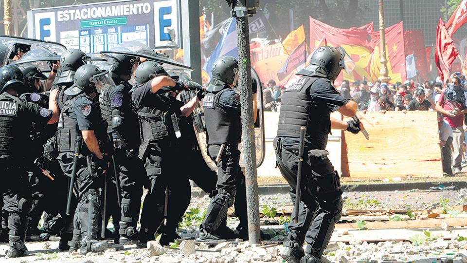 El juez Sergio Torres investiga la represión de las fuerzas de seguridad y las lesiones que sufrieron los uniformados el 18 de diciembre.