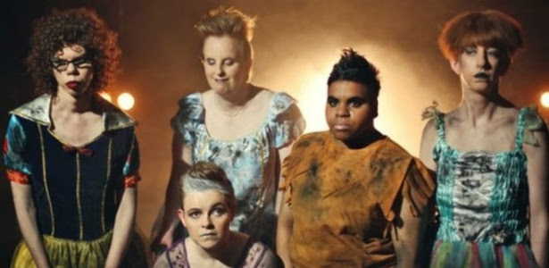 """Cinco mulheres com dificuldades cognitivas estão com a agenda cheia tocando no grupo """"The Sisters of Invention"""""""