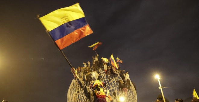Manifestantes celebran el acuerdo logrado entre el Gobierno e indígenas que termina con las protestas en el país. EFE/ Bienvenido Velasco