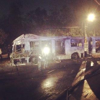 La unidad incendiada por los encapuchados. Foto: Alejandro Saldívar.