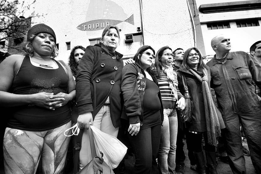 Trabajadores de Fripur en su último día de trabajo, en la calle frente a la planta. Foto: Federico Gutiérrez (archivo, agosto de 2015)
