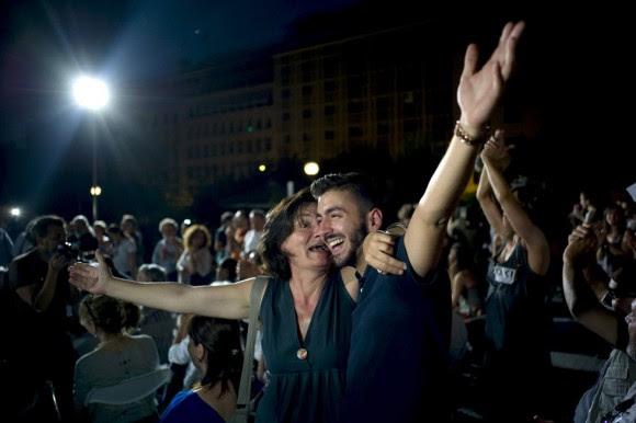 El líder de la oposición griega, Antonis Samaras, ha presentado su dimisión como máximo dirigente del partido conservador Nueva Democracia tras el 'no' rotundo de los griegos en el referéndum sobre la propuesta de los acreedores, según informa el diario griego 'Kathimerini' en su edición digital. En la imagen, partidarios del 'no' celebran el triunfo en Atenas. Foto: DIMITRIS MICHALAKIS (REUTERS)