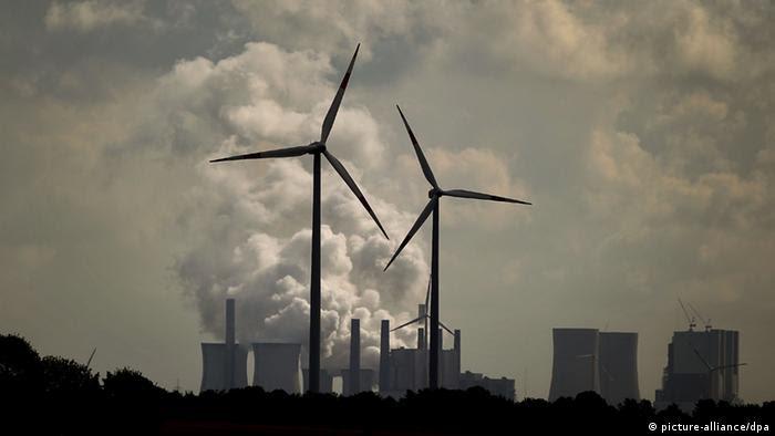 Windräder vor Kraftwerk Neurath