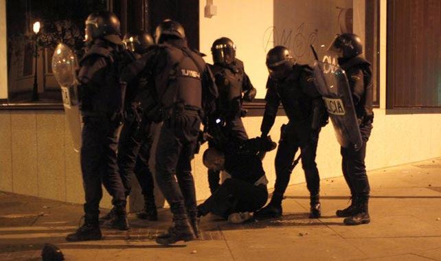 La Policía detiene a un joven durante los enfrentamientos del 22-M.