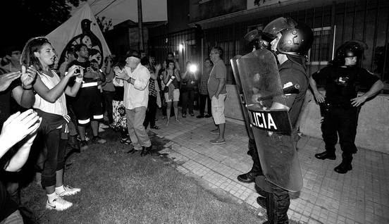Escrache al coronel retirado Carlos Rossel Argimón, ayer, en el barrio Atahualpa. Foto: Federico Gutiérrez