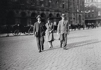 T. van Doesburg, S. Taeuber-Arp, H. Arp devant l'Aubette, vers 1927 © RKD, La Haye
