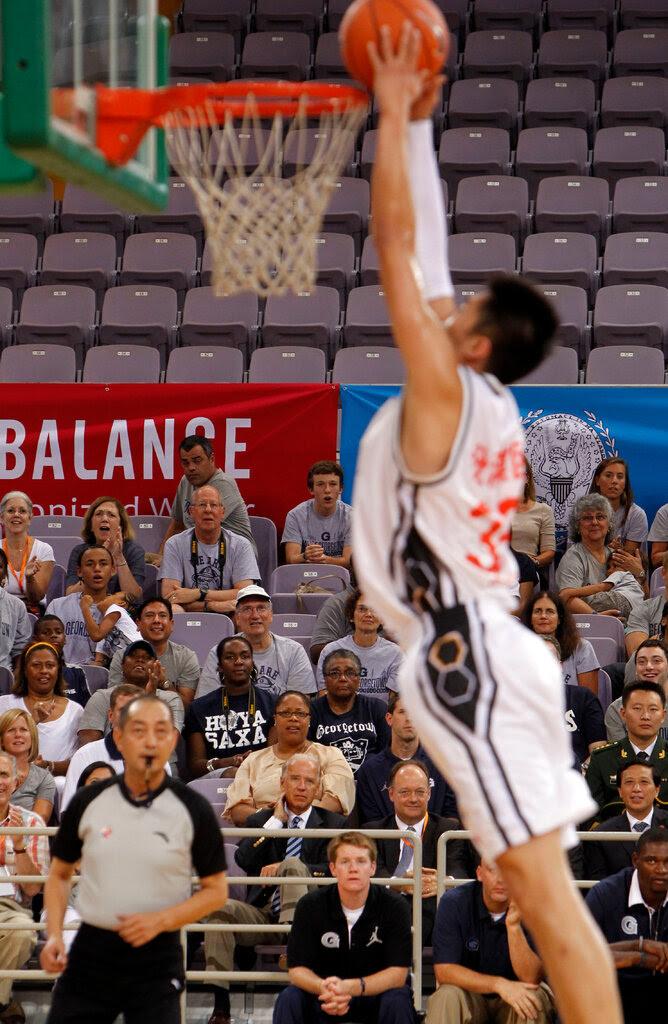 2011年,拜登在北京观看一场篮球比赛。