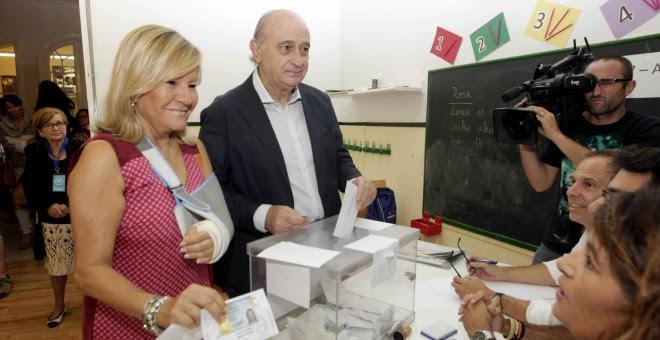 El ministro del Interior, Jorge Fernández Díaz, junto a su esposa Asunción Carcoba, ejerce su derecho a voto en las elecciones al parlamento autonómico catalán, en la Escola Augusta. EFE/Marta Pérez