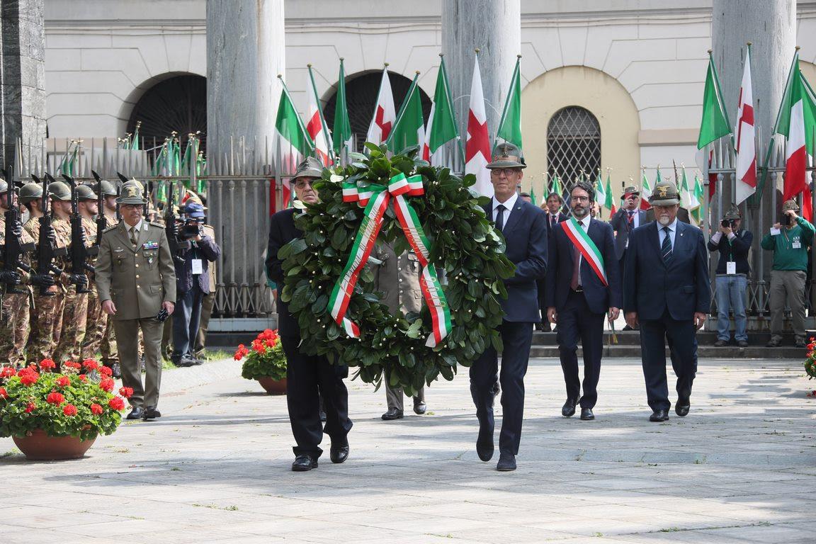 Con il solenne alzabandiera in piazza Duomosi è aperta ufficialmente l'Adunata del Centenario