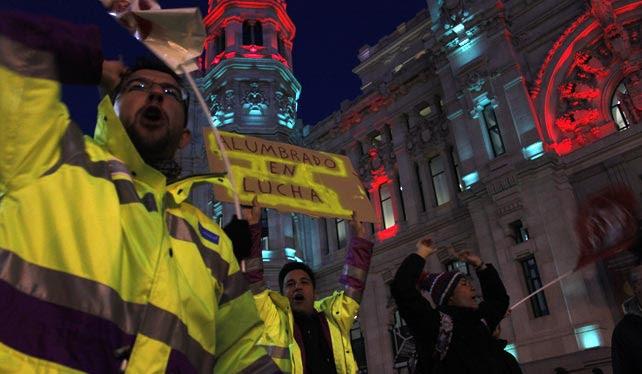 Trabajadores del alumbrado público durante  una concentración frente al Ayuntamiento de madrid para exigir que se mantengan sus puestos de trabajo con el nuevo contrato integral del servicio.