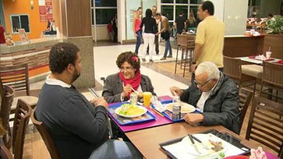 Quem tem mais de 60 anos tem mesa garantida nos restaurantes do Rio. Aquele que sentar numa mesa reservada, corre risco de ter que levantar. (2)
