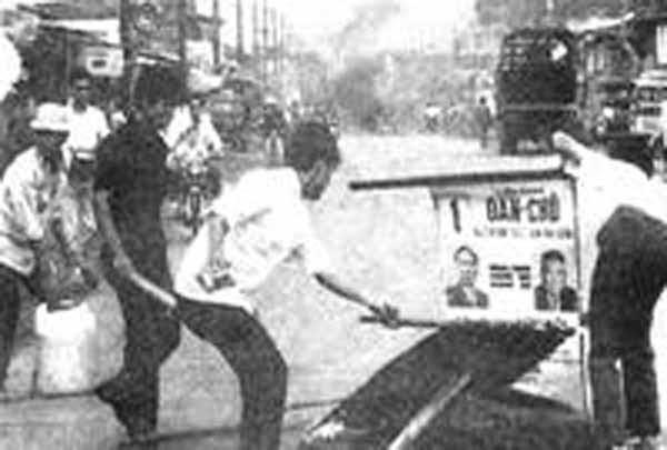 SVHS đang đốt phá các bích chương tranh cử tổng thống của liên danh Thiệu – Hương năm 1971