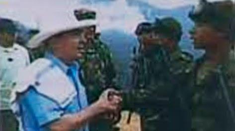 Alvaro Uribe Vélez, saluda a paramilitar capturado en guarimba en Maracaibo, estado Zulia